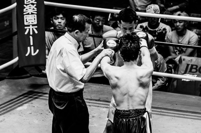 ボクシングの最終ラウンドのグローブを合わせるルール